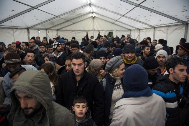 Migranci czekają na rejestrację w ośrodku dla azylantów