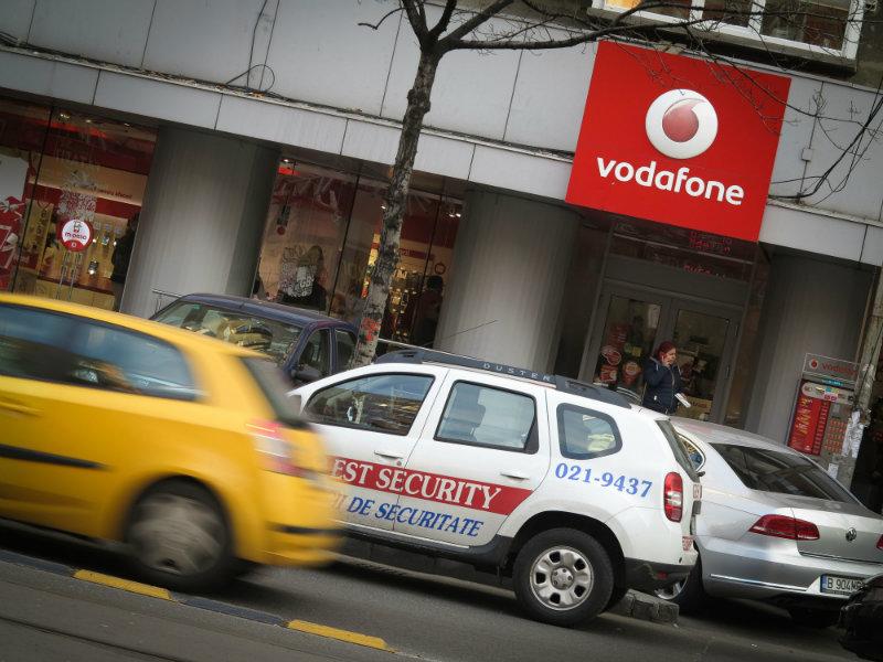 Instanța obligă Vodafone să elimine clauzele abuzive din contracte privind durata minimă a contractelor