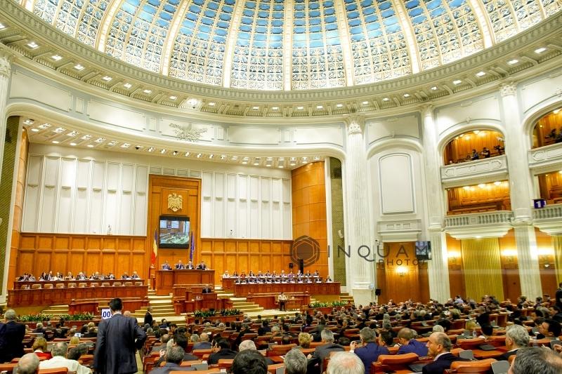 Sute de foşti parlamentari primesc de la 1 august pensii speciale; Guvernul a alocat 20 milioane lei plăţii lor în 2016