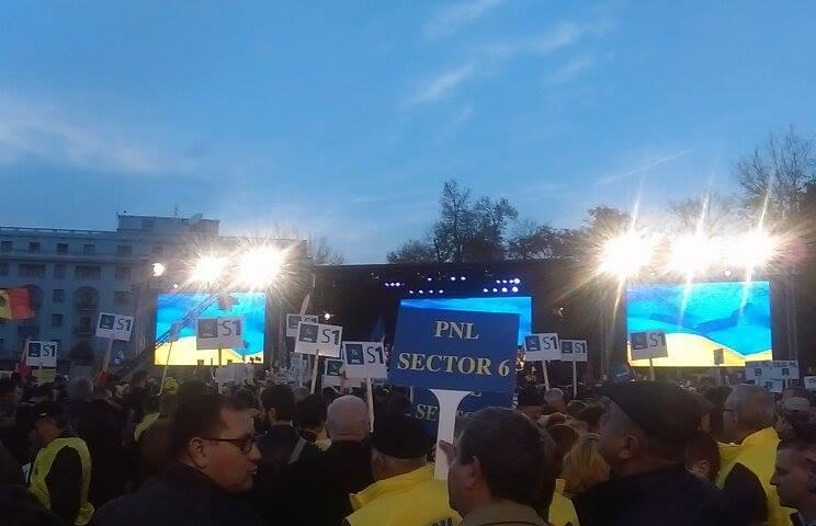 Peste 20.000 de oameni participă la mitingul PNL; Cioloş va vorbi de pe o scenă amplasată în mijlocul mulţimii
