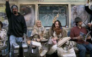 【破产姐妹】麦克斯、卡洛琳穿一身皮草坐地铁  路人表情瞩目