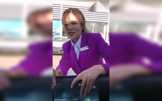 宝马4S店90后女销售为卖车委曲求全, 网友:卖车是要付出代价的
