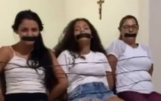 Botafogo player posts with gagged women and generates revolt on the web