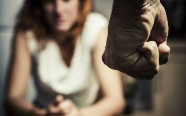 mão de homem ameaçando mulher
