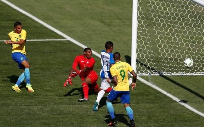 O zagueiro Marquinhos chuta para marcar para o Brasil