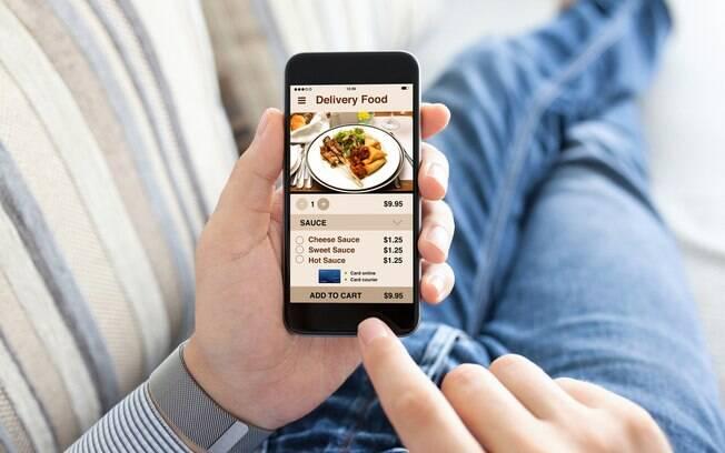 Pessoa escolhendo algo para pedir em um aplicativo de delivery de comida.