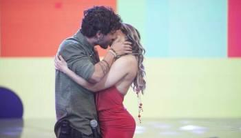 """Resultado de imagem para Mulher Melão,  tascou um beijão no sertanejo Bruninho, da dupla Bruninho e Davi, ao participar do quadro """"Cabine do Beijo"""", do """"Programa da Sabrina""""."""