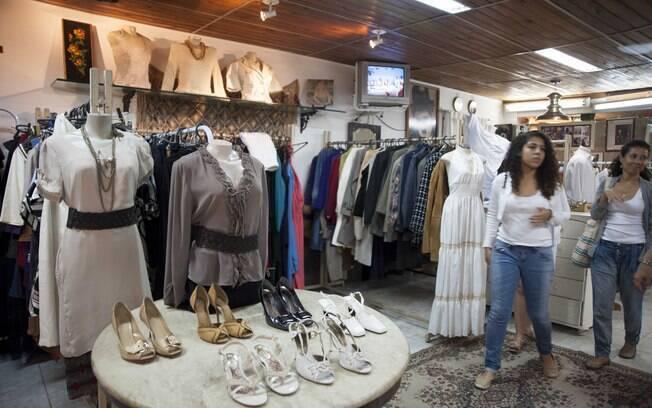 Um bazar de roupas seminovas ajuda a manter o Lar de Frei Luiz. Foto: Selmy Yassuda