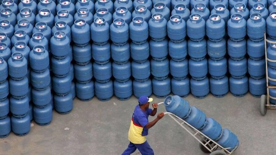 Botijão de gás deve ficar cerca de R$ 5,80 mais caro