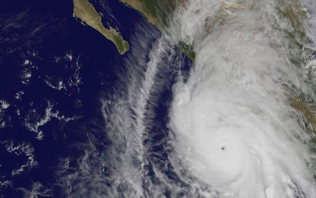 Esta imagem visível do furacão Patricia foi tomada a partir do satélite NOAA GOES-Oeste, enquanto se dirige para a terra firme ao longo da costa ocidental do México. Foto: NASA/NOAA GOES Project