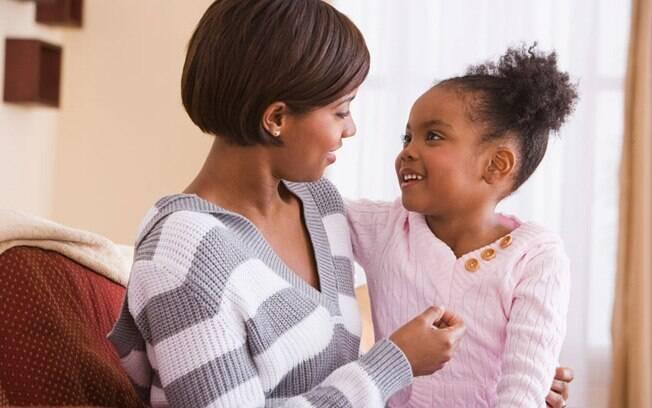 """Faça o """"jogo do porquê"""", e peça para a criança responder suas próprias perguntas. É uma forma simples de despertar seu raciocínio. Foto: Thinkstock"""