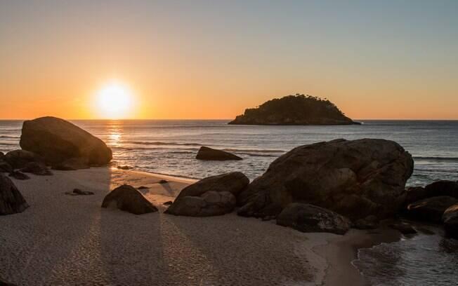 Pedras na Praia de Grumari no por do sol