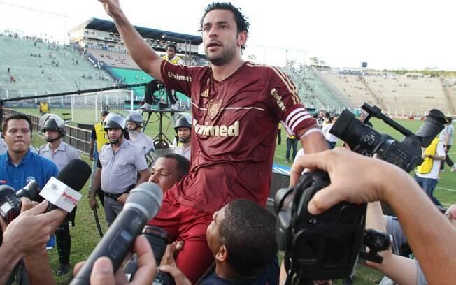 Fred é carregado após a conquista do título brasileiro diante do Palmeiras em Presidente Prudente