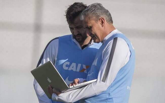 Tite analisa dados durante treino do Corinthians. Será que o título vem neste final de semana?