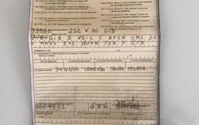 Motorista recebeu multa por pegar uma bala de menta