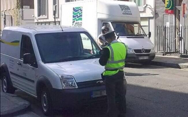Viatura da própria polícia londrina foi multada, mas ninguém na capital da Inglaterra