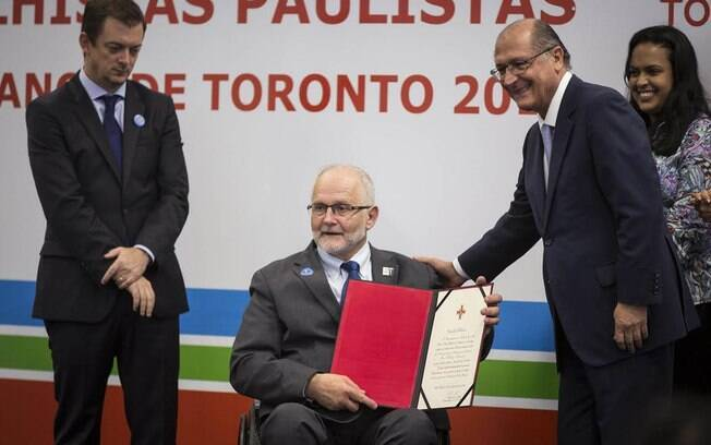 O presidente do Comitê Paralímpico Internacional, Sir Philip Craven, recebe a Ordem do Ipiranga