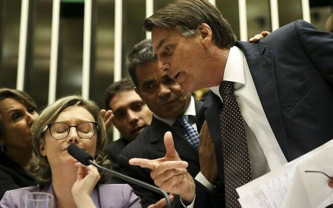 Deputado Jair Bolsonaro (PSC-RJ) foi até a mesa do plenário para questionar decisão da deputada Maria do Rosário (PT-RS)