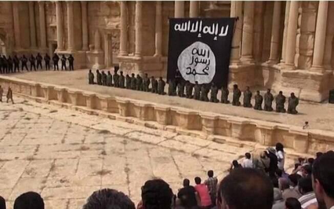 Soldados sírios ajoelhados em Palmira, em foto divulgada em julho de 2015