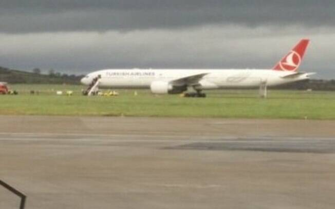 Passageiros desembarcam de avião da Turkish Airlines em aeroporto na Irlanda