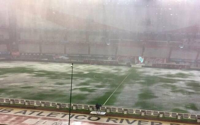 Dilúvio castiga o gramado do estádio do River Plate, palco de Argentina x Brasil