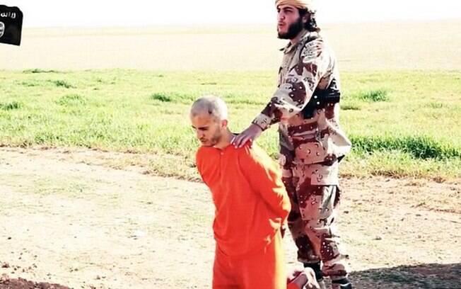 Militante do Estado Islâmico antes de decapitar refém em área desértica (maio/2015). Foto: Reprodução