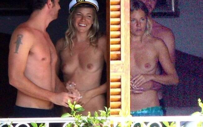 Sienna Miller sempre curte o verão europeu de topless. na foto, ao lado do ex-namorado Balthazar Getty na Itália. Foto: Grosby Group