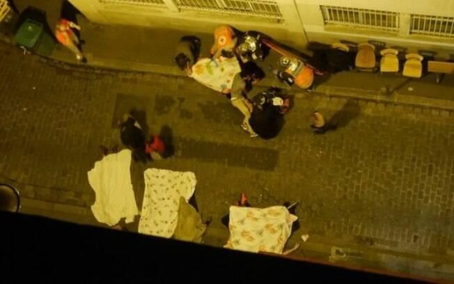 Atentados em Paris, na França, deixaram pelo menos 140 mortos e centenas de feridos pelas ruas