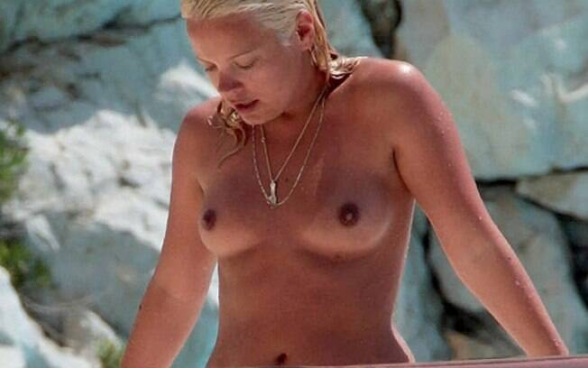A cantora Lily Allen faz topless em Cap D'Antibes, na riviera francesa. Foto: Reprodução