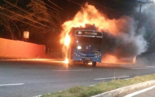 Publicações no Twitter mostram, inclusive, ônibus sendo incendiados pelas ruas do Espírito Santo