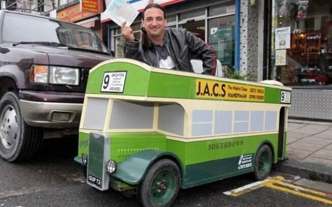 O ônibus podia ser até de mentira, mas a multa que este britânico recebeu foi de verdade