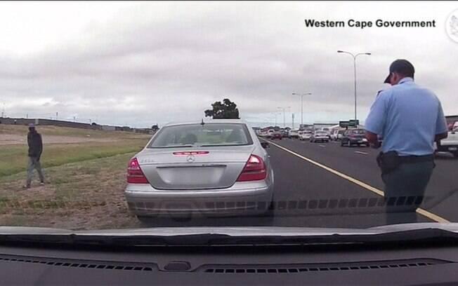Policial é alvejado diante de câmera, mas volta para multar motorista na África do Sul