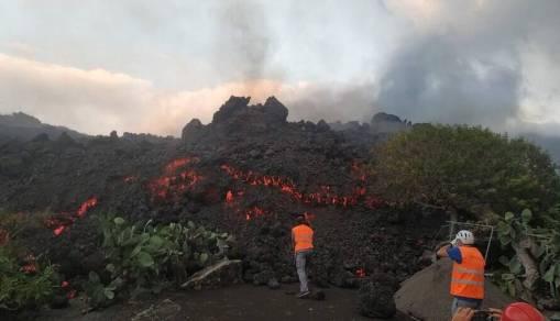Investigadores recolhem amostra de lava de vulcão
