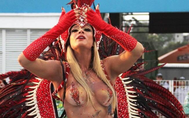 Juju Salimeni com o corpo pintado, e tapa-sexo, no desfile da Mancha de 2012. Foto: Elisa Rodrigues