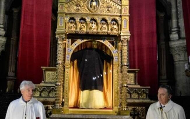 Para a Igreja Católica, Santa Túnica foi usada por Jesus a caminho da Cruz; alguns contestam