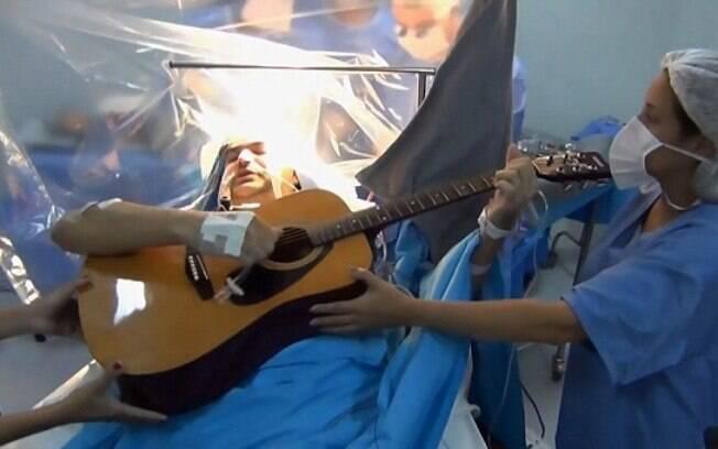 Durante procedimento para retirar tumor cerebral, Rolden Batista tocou violão, cantou e falou com sua esposa ao telefone