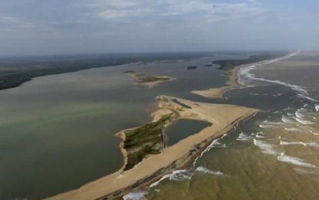 Prefeitura de Linhares espalhou placas ao longo das praias informando que a água está imprópria para o banho