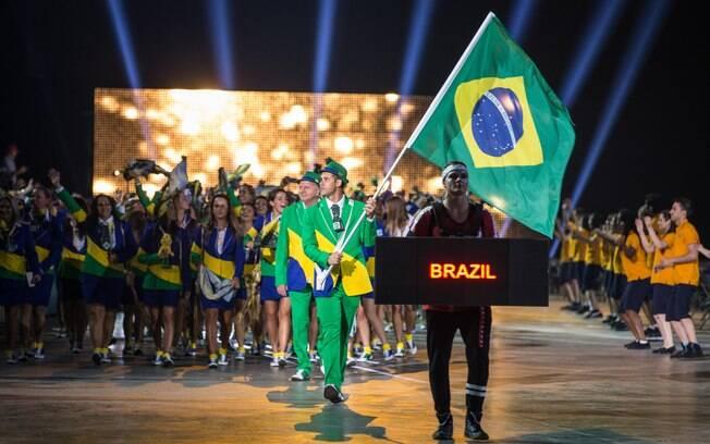 Thiago Pereira conduz a bandeira na cerimônia