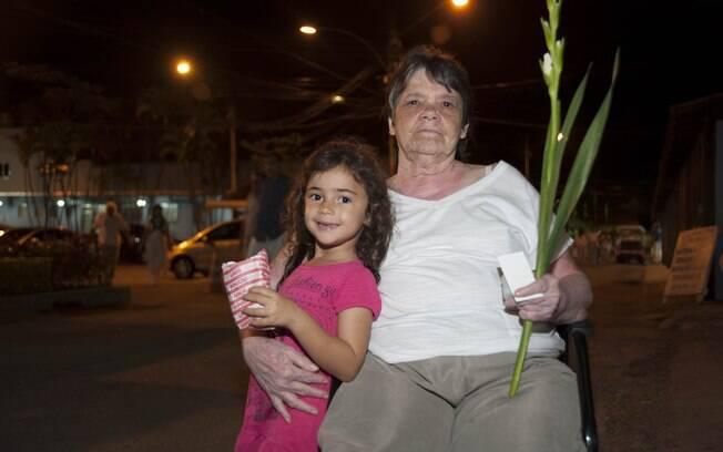 A aposentada Giane Rocha, de 67 anos, acompanhada da da neta, saiu do interior da Bahia, para ir ao Lar. Foto: Selmy Yassuda