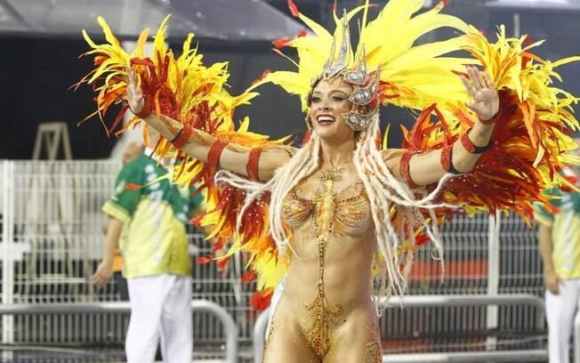 Juju Salimeni com o corpo pintado, e tapa-sexo, no desfile da Mancha de 2014. Foto: AgNews