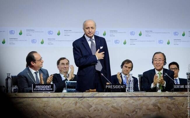 Laurent Fabius, presidente da COP 21, durante anúncio da proposta de acordo sobre o clima