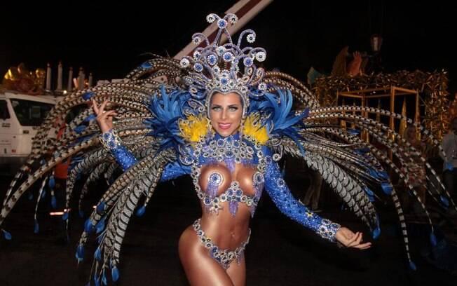 Ana Paula Minerato também é adepta do tapa-sexo na avenida. Foto: AgNews