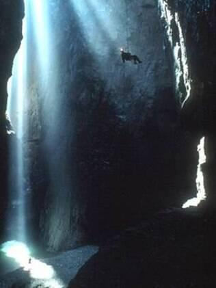 O explorador encara uma queda de 250 metros em caverna na China