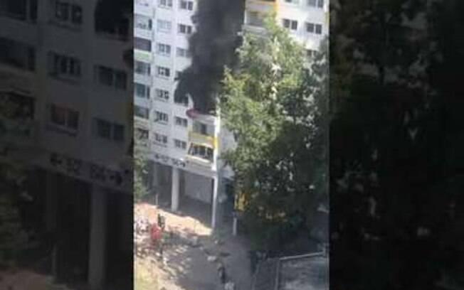 crianças saltam de prédio em chamas