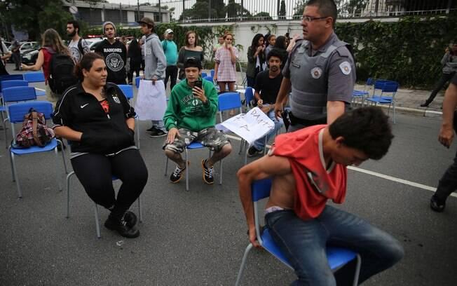 Confusão começou quando policiais militares retiraram cadeiras utilizadas pelos estudantes para fechar o sentido Sumaré da via. Foto: Renato S. Cerqueira/Futura Press - 02.12.15