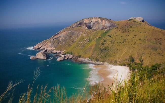 Vista da Praia do Perigoso do topo de um morro