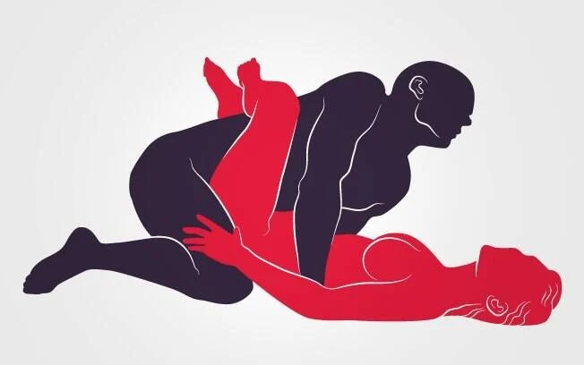 """TESOURA CRUZADA: Ela """"abraça"""" o tronco dele com as penas. O homem vem por cima e apoia as mãos na superfície. Foto: Renato Munhoz (Arte iG)"""