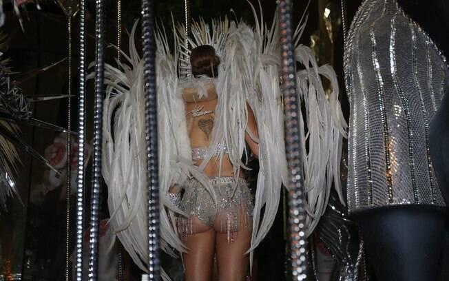 Leandra Leal mostrou o corpão no desfile da Salgueiro na madrugada de segunda-feira (16). Foto: AgNews