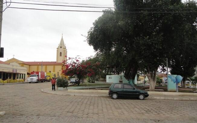 Praça principal e igreja matriz de Itinga. Foto: Ricardo Galhardo