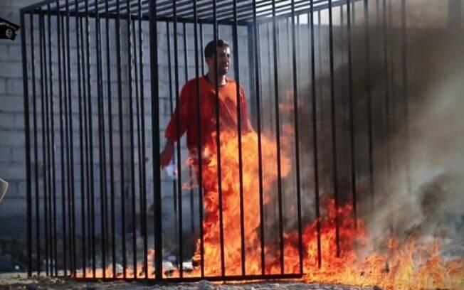 Suposto piloto jordaniano é queimado vivo pelo Estado Islâmico (fev/2015). Foto: Reprodução/Twitter
